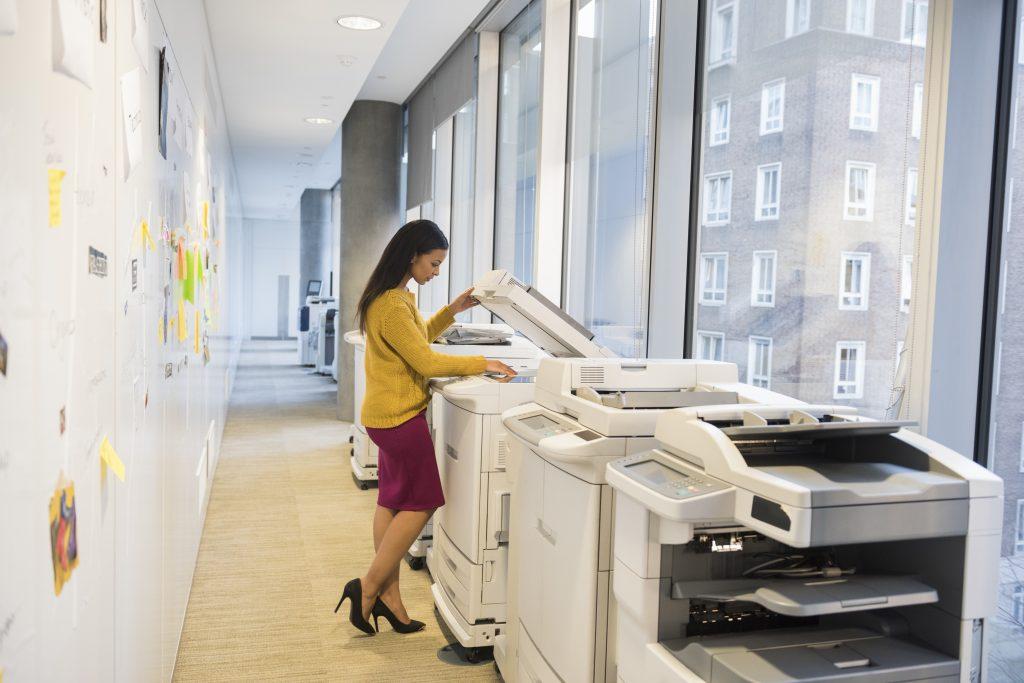 Femme devant imprimante multi-fonctions