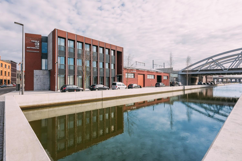 Bâtiment entreprise et vue sur le canal